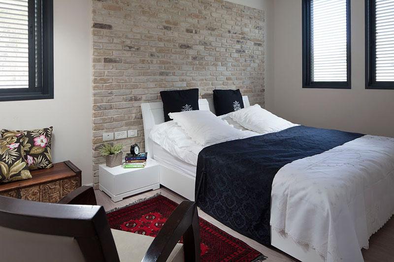 - Camera da letto con parete in pietra ...