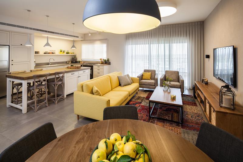 מודרניסטית לכל חדר צבע משלו: שיפוץ דירת קבלן ביבנה | בניין ודיור ND-21