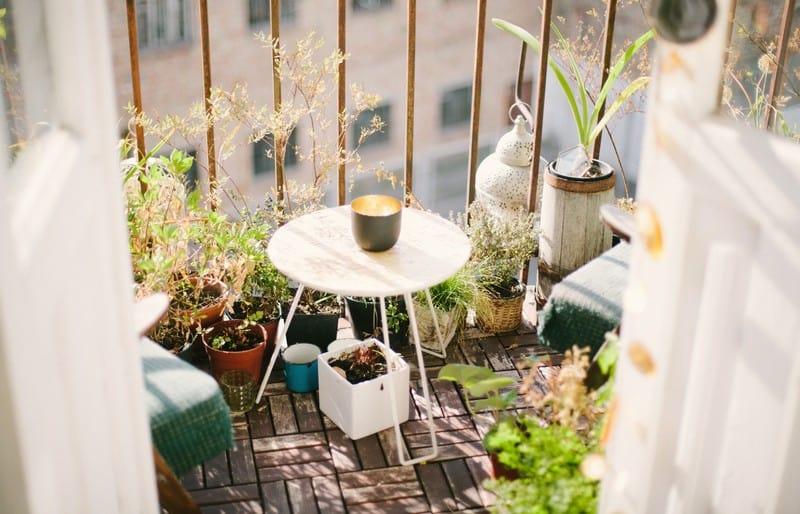 שולחן לבן במרפסת