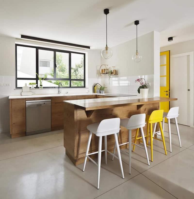 מטבח צהוב ועץ