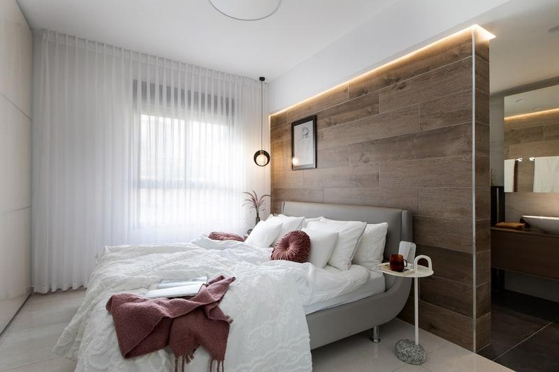 מיטה עם חיפוי קיר