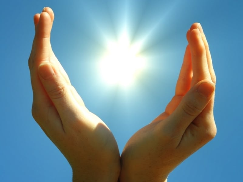ידיים מול השמיים