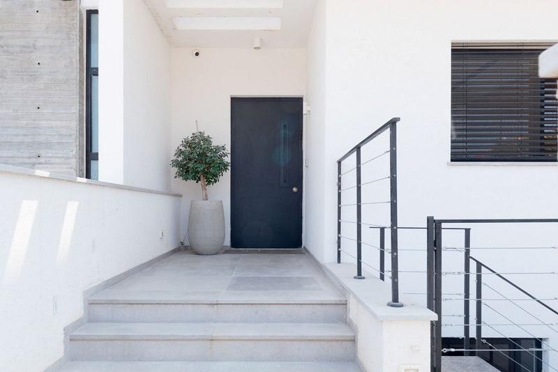 הכניסה לבית