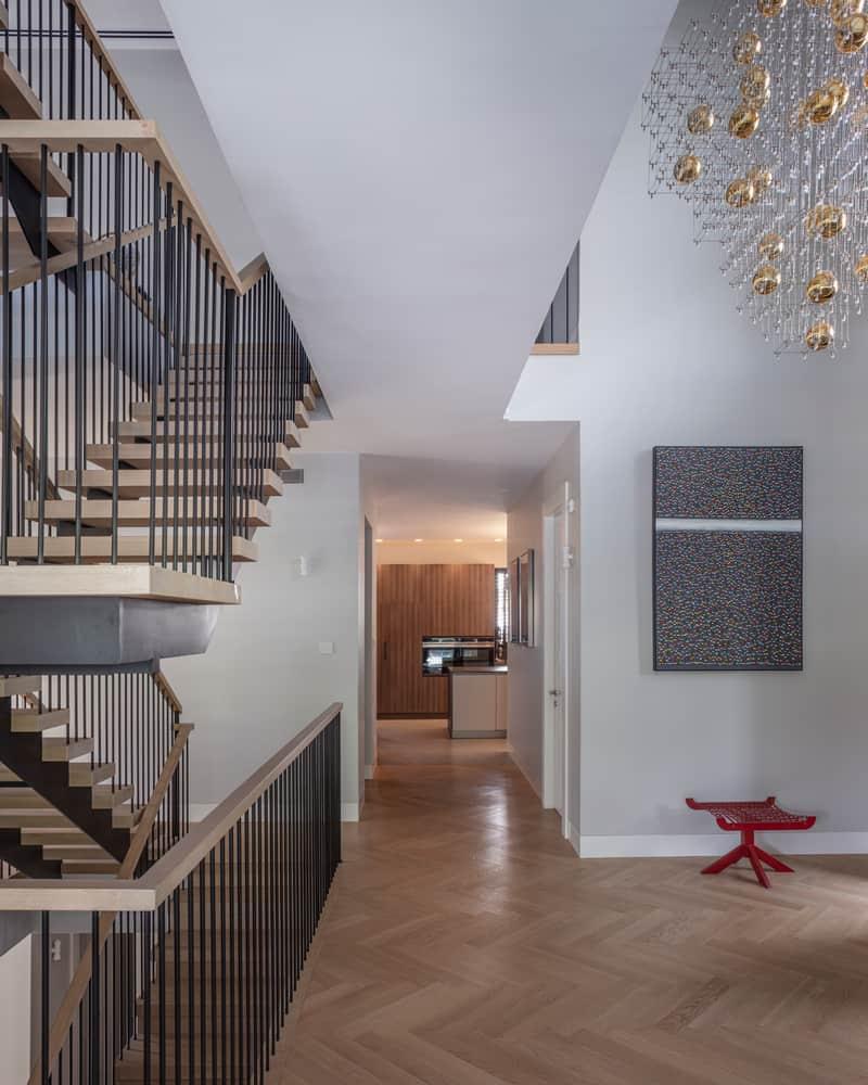 מדרגות ומסדרון