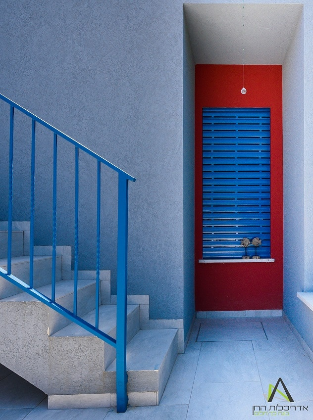 דלת אדומה כניסה כחולה