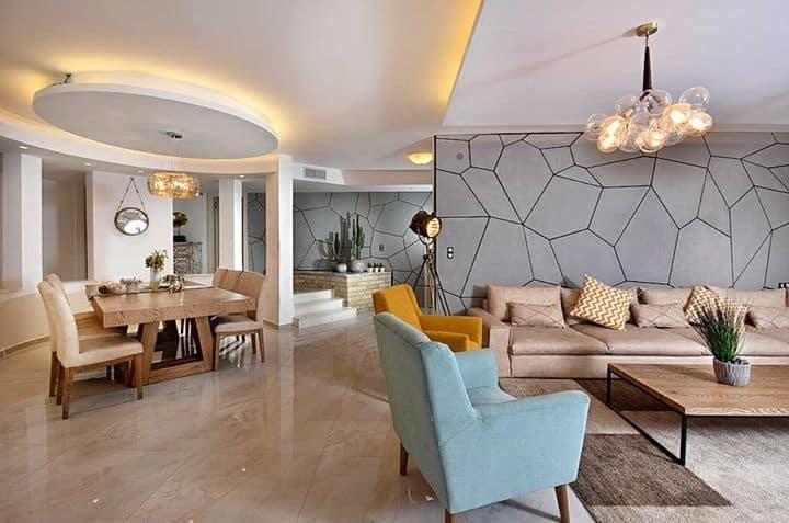 סלון מודרני עם חיפוי קיר בטון