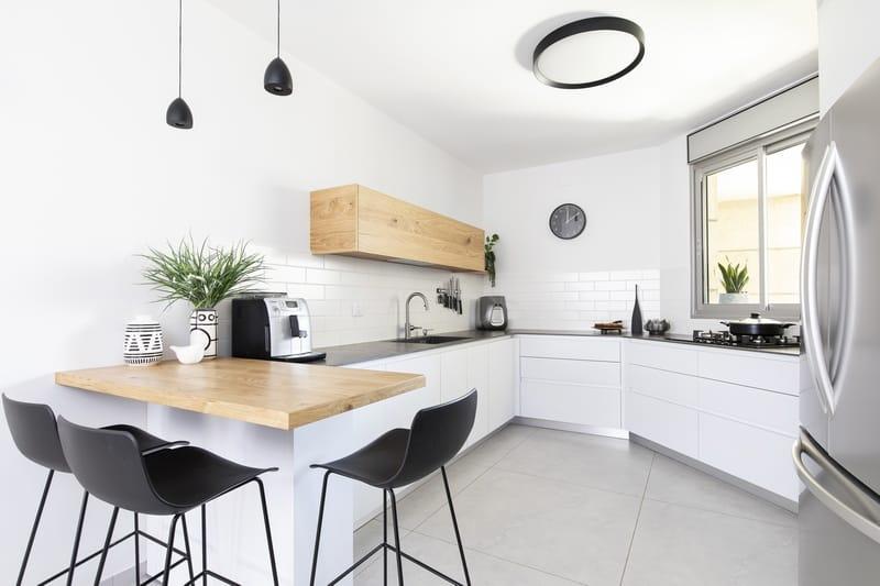 מטבח עץ לבן כיסאות בר