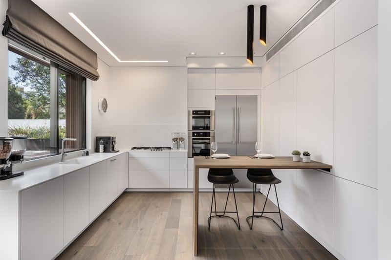 מטבח לבן מודרני עם פרקט