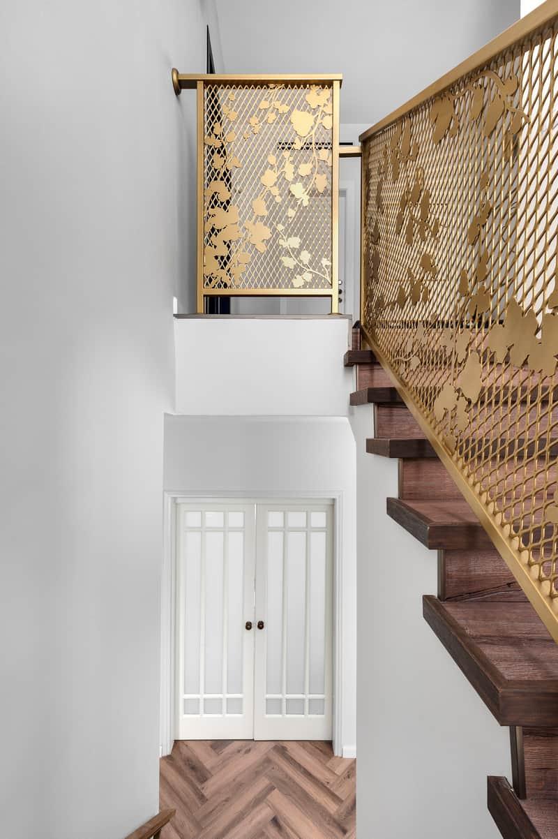 מדרגות עם מעקה זהב